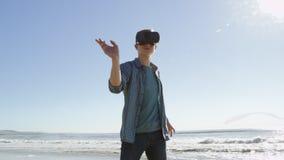 Junger Mann geht auf den pazifischen Strand stock video