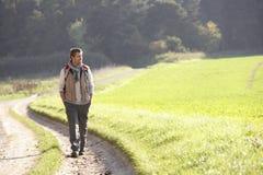 Junger Mann geht in Park stockfotos