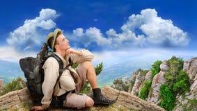 Junger Mann gekleidet in einem Touristen stockfoto