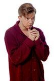 Junger Mann gekleidet in einer kastanienbraunen Strickjacke Stockbild
