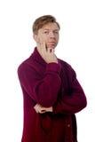 Junger Mann gekleidet in einer kastanienbraunen Strickjacke Lizenzfreie Stockfotos