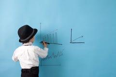 Junger Mann, Geld zählend und nehmen Kenntnisse Lizenzfreie Stockfotos