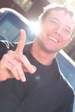 Junger Mann-Gesten mit dem entfalteten Finger Lizenzfreie Stockfotografie