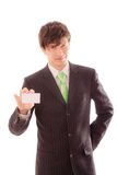 junger Mann in gestreiftem Anzug und in Bindung demonstriert persönliche Karte Stockfotos