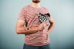 Junger Mann in gestreiftem Hemd und im karierten Hut Stockfotos
