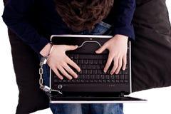 Junger Mann geverkettet an den Computer Lizenzfreie Stockfotos