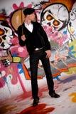 Junger Mann, Graffitiwand Lizenzfreie Stockfotografie