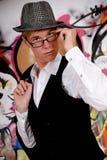 Junger Mann, Graffitiwand Lizenzfreie Stockbilder