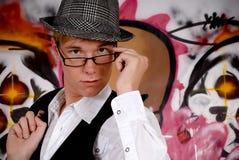 Junger Mann, Graffitiwand Lizenzfreies Stockfoto