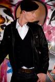 Junger Mann, Graffitiwand Stockbild