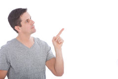 Junger Mann in Gray Shirt Pointing Up Stockfotos