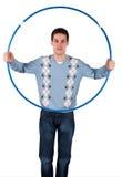 Junger Mann hält Sportband an Stockbild