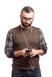 Junger Mann hören Musik auf smartphone Stockfoto