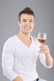 Junger Mann heben ein Weinglas auf Lizenzfreies Stockbild