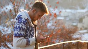 Junger Mann herein am Berg unter Verwendung des Handys Lizenzfreie Stockbilder