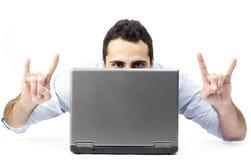 Junger Mann hinter einem Laptop Stockbild