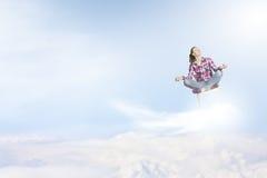 Junger Mann hob seine Hände zum Himmel an Lizenzfreie Stockbilder