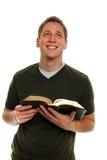 Junger Mann-Holding-Bibel Lizenzfreies Stockfoto