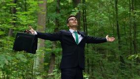 Junger Mann im Anzug tief, der draußen, extrahierend vom Stadtdruck atmet stock video
