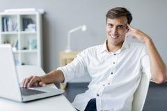 Junger Mann im Büro Stockfoto