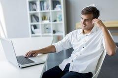 Junger Mann im Büro Stockfotos