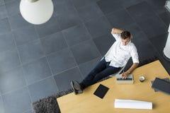Junger Mann im Büro Lizenzfreie Stockfotos