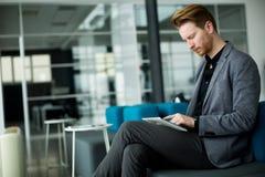 Junger Mann im Büro Stockbilder
