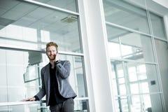 Junger Mann im Büro Stockfotografie
