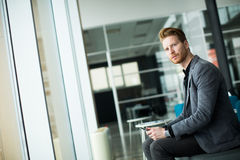 Junger Mann im Büro Lizenzfreie Stockbilder