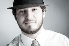 Junger Mann im Hut und in der Gleichheit lizenzfreies stockbild