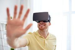 Junger Mann im Kopfhörer der virtuellen Realität oder in den Gläsern 3d Lizenzfreie Stockbilder