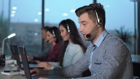 Junger Mann im Kundenkontaktcenter stock footage