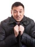 Junger Mann im Mantel, glauben Kälte Lizenzfreies Stockfoto