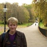 Junger Mann im Park Stockfotos
