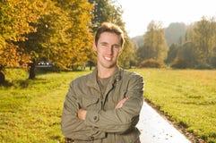 Junger Mann im Park lizenzfreie stockbilder