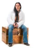 Junger Mann im Pelzmantel Stockfotografie