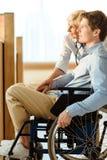 Junger Mann im Rollstuhl lizenzfreies stockfoto