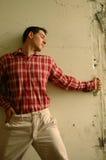 Junger Mann im roten Plaidhemd Lizenzfreie Stockbilder