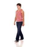 Junger Mann im roten und weißen gestreiften Hemd und in den Jeans Stockbild