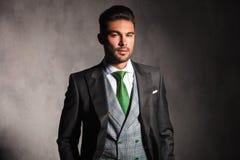 Junger Mann im Smokingsmantel und -weste mit grüner Bindung Lizenzfreie Stockbilder