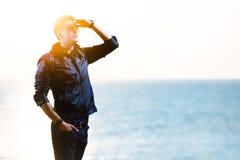 Junger Mann im Sonnenlicht Stockbilder