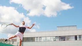 Junger Mann im sportwear spielt Tennis auf heraus Türgericht stock video