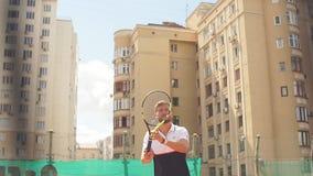Junger Mann im sportwear spielt Tennis auf heraus Türgericht stock video footage
