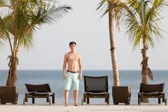 Junger Mann im tropischen Erholungsort in dem Pazifischen Ozean Stockfoto