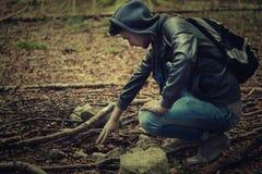 Junger Mann im Wald Stockbilder