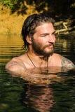 Junger Mann im Wasser stockbild