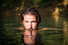 Junger Mann im Wasser lizenzfreie stockfotos