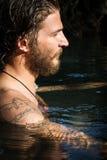 Junger Mann im Wasser lizenzfreies stockbild