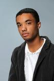 Junger Mann im weißen Hemd und im Mantel Stockfotografie