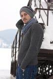 Junger Mann im Winter Stockfoto
